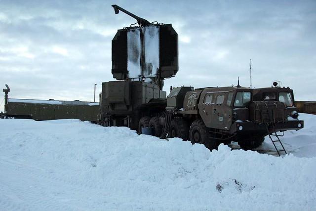 Radar cảnh giới nhìn vòng 64N6E đặt trên khung gầm xe tải MAZ-79100.