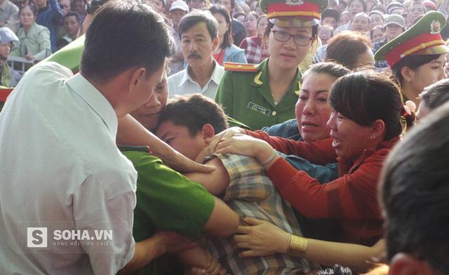 Người nhà nạn nhân bức xúc, lao đến khi thấy bị cáo được dẫn giải tới phiên tòa