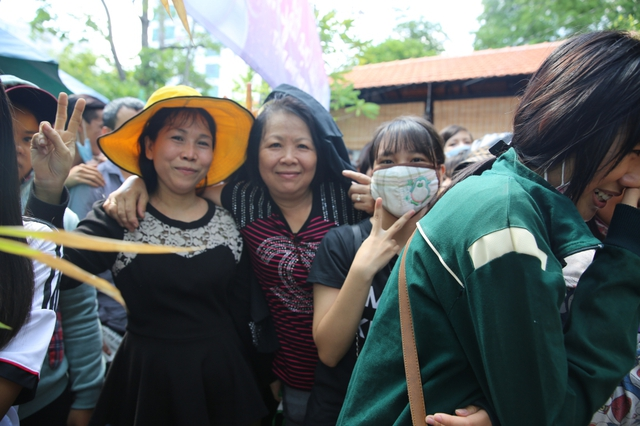Hình ảnh nhiều khán giả lớn tuổi đi mua vé sinh nhật của Sơn Tùng M-TP.