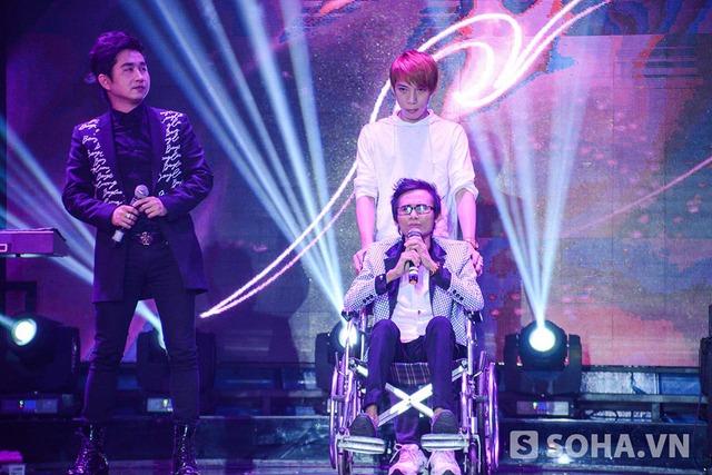 Khi lên khán đài, Thái Lan Viên cố nén đau để biểu diễn ca khúc Lòng đau tình tan cùng Bằng Cường.