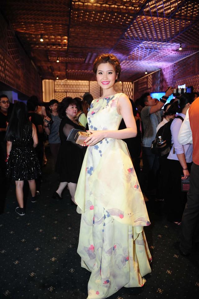 Á hậu Diễm Trang cũng gây nhiều ấn tượng khi mặc chiếc váy lộng lẫy đi xem show thời trang.