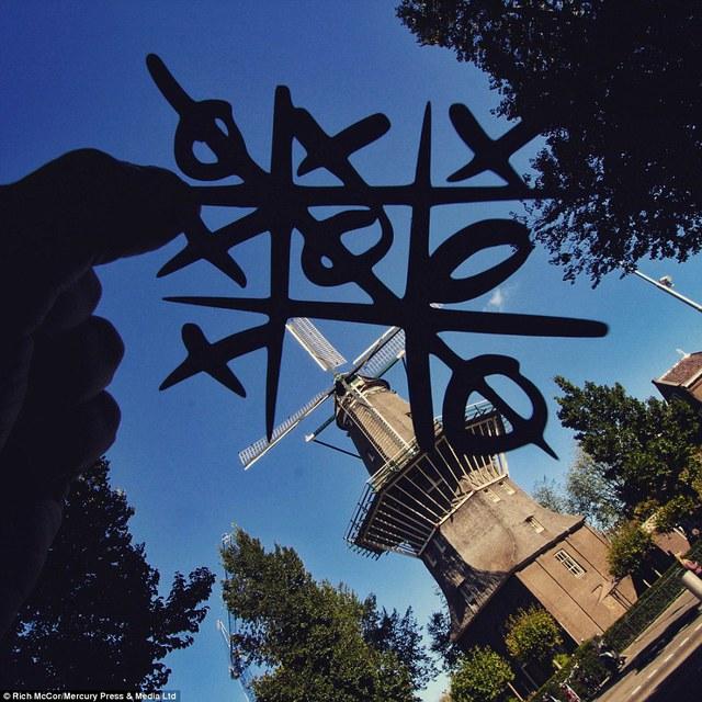 Ván cờ caro ở cối xay gió Gooyer Windmall ở Amsterdam.