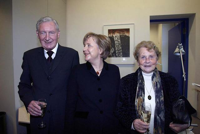 Angela Merkel cùng với bố mẹ. Bố bà là một mục sư, mẹ bà là một giáo viên dạy tiếng Anh và tiếng Latin