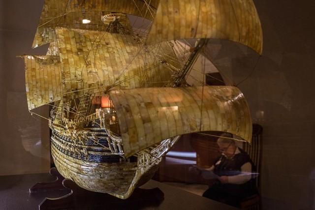 Một bản dựng thuyền quân sự của Thụy Điển làm từ hổ phách trong bảo tàng hổ phách tại Kaliningrad.