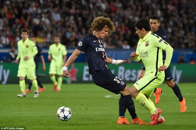 David Luiz bất lực trước Suarez