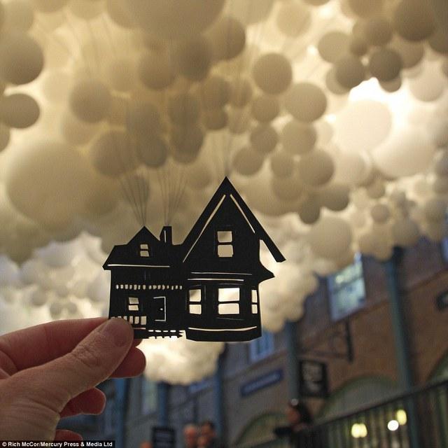 Lấy cảm hứng từ bộ phim hoạt hình Up, ngôi nhà giấy như đang bay lên. Bức hình được chụp ở Covent Garden.