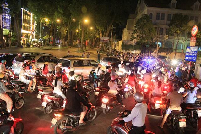 giao thông hỗn loạn tại giao lộ Nguyễn Hữu Cảnh - Tôn Đức Thắng - Ảnh: Mậu Trường