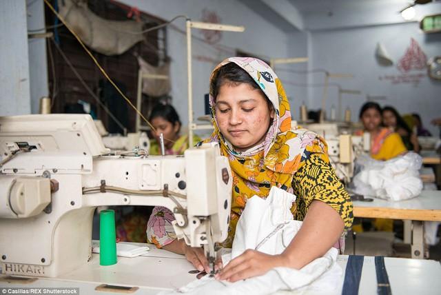 Dệt may là nền công nghiệp lớn ở Bangladesh. Quốc gia này đứng thứ hai về xuất khẩu may mặc chỉ sau Trung Quốc.