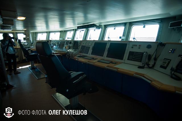 Buồng lái của con tàu, nếu so với các tàu thế hệ trước của Hải quân Nga thì buồng lái của tàu Stoiky được trang bị hiện đại với các màn hình LCD cùng hệ thống điều khiển số thay cho các loại đồng hồ analog. Tuy nhiên ta vẫn có thể thấy đặc trưng rất riêng của các tàu Nga là họ khá chuộng sử dụng gỗ để trang trí.