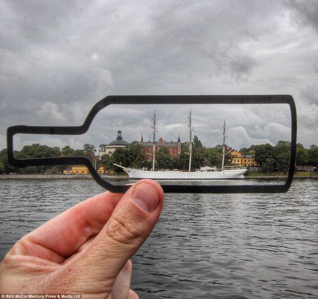 Trong chuyến đi tới Stockholm, Rich đã biến con thuyền đang chạy thành con thuyền trong chiếc chai.