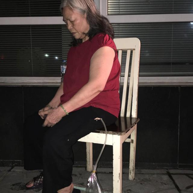Bà Lê Thị Quý, 70 tuổi ở tầng 11 bị bệnh bàng quang luôn phải đeo cái túi đựng nước tiểu bên mình. Cả hai vợ chồng già ốm nên không thể xuống được, tại thời điểm xảy ra đám cháy con cái ông bà ở khu nhà khác không hay biết tin. Cũng may vợ chồng tôi được các chiến sĩ cảnh sát đưa xuống bà Quý nói. Ảnh: Định Nguyễn.