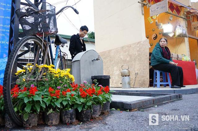 Với nhiều người cao tuổi ở Hà Nội, những gánh hàng hoa đã trở thành một hình ảnh quen thuộc.