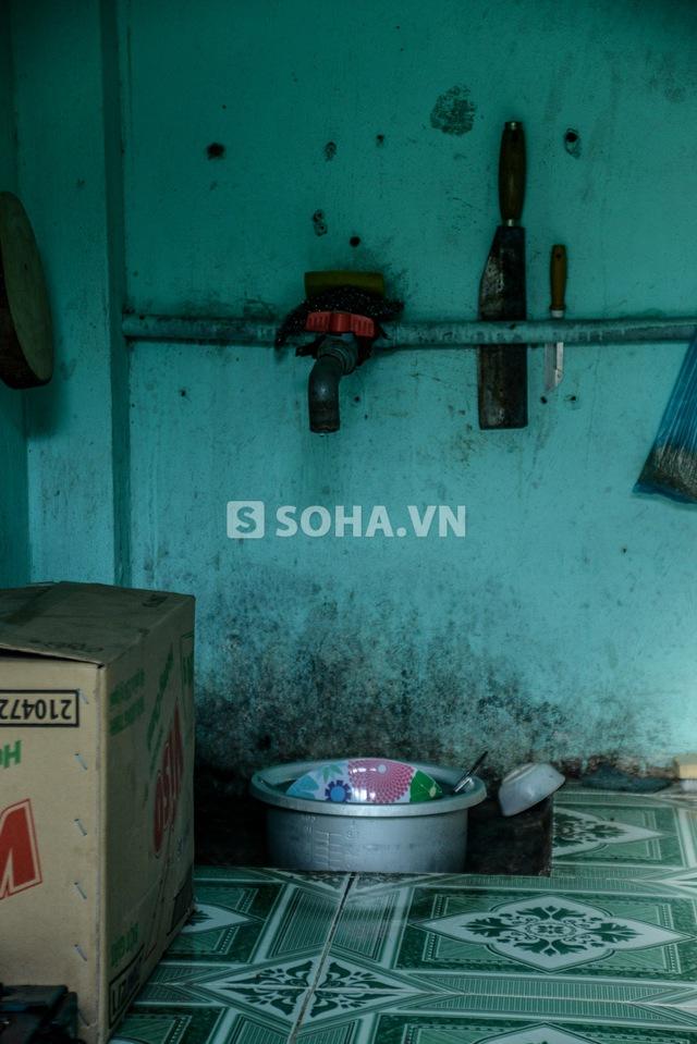 Ở nhà trọ, dù được miễn phí nước giếng khoan nhưng Cò không thể sử dụng nước này để uống vì hay nổi mụn ở tay. Cò có thói quen mua đá lạnh về để tan chảy sau đó sử dụng làm nước uống hàng ngày.