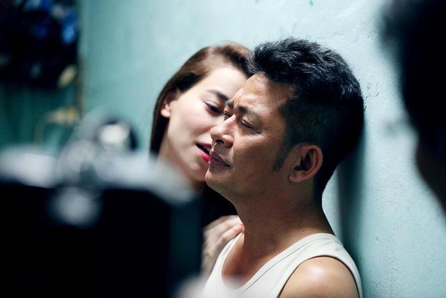 Sau cuộc trò chuyện đầy ân ái, gã bảo vệ đã có vợ phải khiếp sợ vì độ lẳng lơ, thoải mái của giọng ca được nhiều người mến mộ.