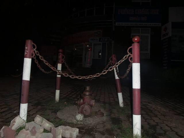 Trụ chữa cháy ở ngay gần mặt đường Nguyễn Chánh cũng không được sử dụng vào việc chữa cháy. Mặc dù trụ chữa cháy này nằm ngay trước mặt của cửa chính. Ảnh: Hoàng Hải.