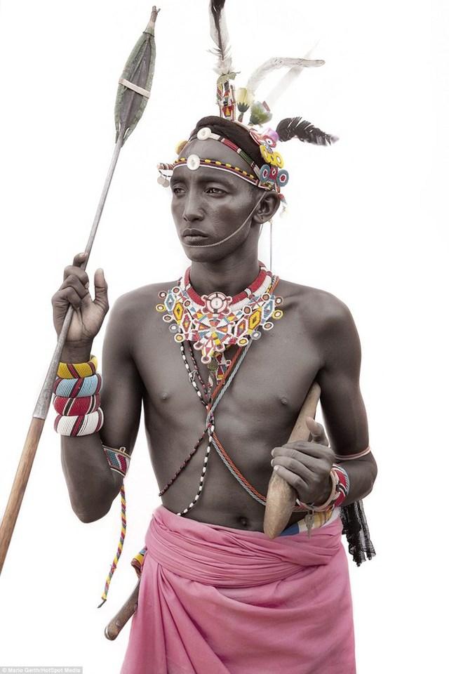 Một bà cụ của bộ lạc Dassanech cầm chiếc giáo đi săn. (Nguồn: Dailymail)