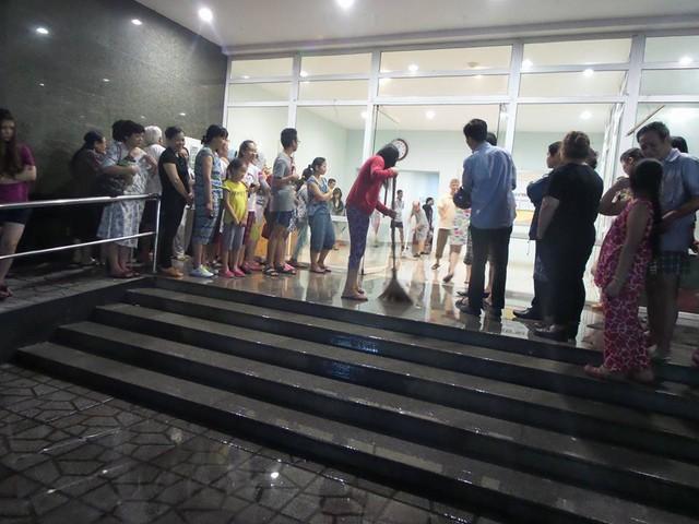 Đến 1h sáng 25/11, các hộ dân bắt đầu quay trở lại phòng, một số người dân làm vệ sinh khu vực sảnh chờ của tòa nhà. Ảnh: Hoàng Hải.