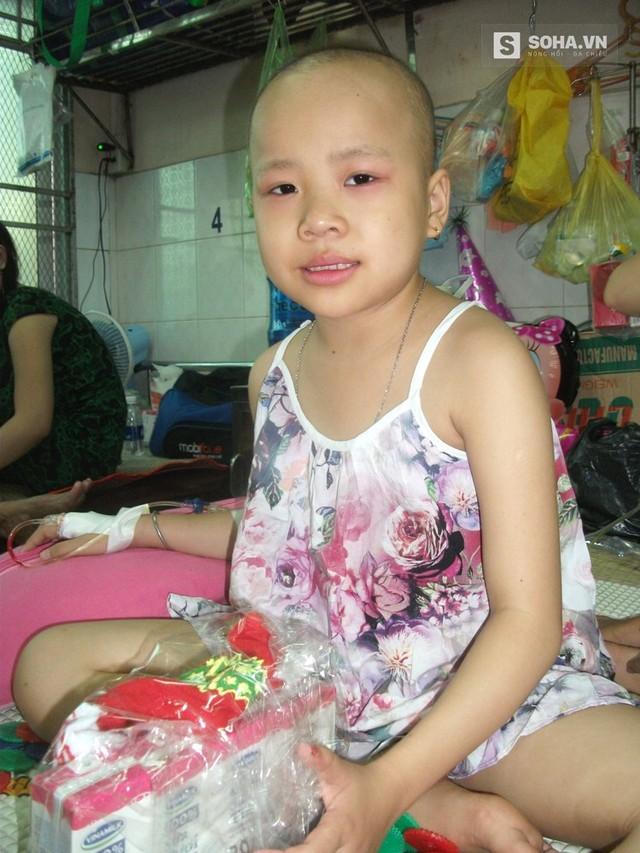 Noel con muốn được về nhà. Con nhớ nhà lắm Bé Đan Thanh, 7 tuổi, An Giang bị hạch di căn thì lại thích được tặng bộ đồ chơi bằng đất sét vì ở nhà vẫn hay chơi trò này.