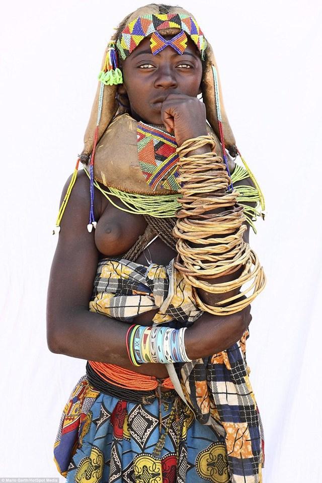 Phụ nữ của bộ lạc Mumuhuilaare ở Angola dành hàng giờ mỗi sáng để trang điểm. Họ dùng sỏi, đá và vỏ sò để làm trang sức. (Nguồn: Dailymail)