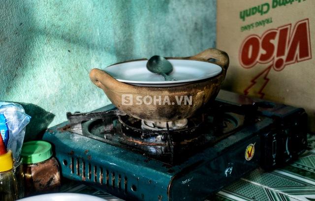 Thường ngày, anh nấu cơm buổi sáng rồi để ăn cả ngày. Mỗi ngày Cò chỉ ăn khoảng 20 nghìn cho 3 bữa chính.