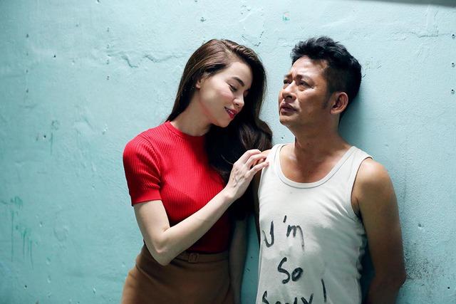 Cảm kích trước hành động của gã bảo vệ có gương mặt ngu ngơ, cô ca sĩ xinh đẹp đã đến tận nhà người đàn ông cứu giúp mình để cảm ơn.