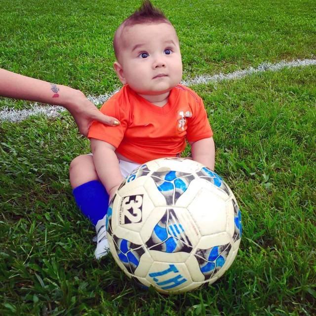Là một cầu thủ, hẳn Van Bakel cũng muốn con trai mình nối nghiệp. Có lẽ vì thế mà anh gạ DJ Myno đưa bé đến làm quen với sân cỏ và trái bóng tròn.