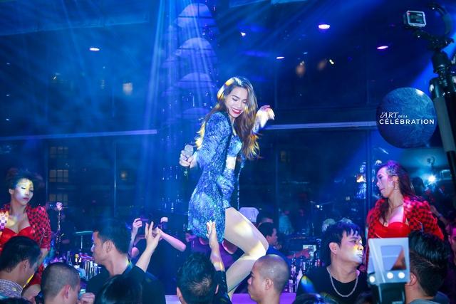 Và vẫn trang phục ấy, người đẹp đã có những màn trình diễn cũng không kém phấn khích trong một quán bar ở Thủ đô.