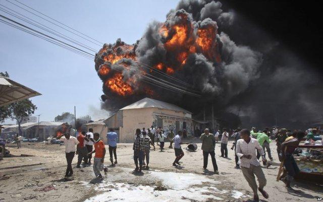 Mọi người chạy tán loạn sau khi hỏa hoạn gây nổ tại một khu chợ nhiên liệu ở thủ đô Mogadishu, Somali.