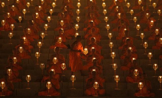 Các nhà sư cầu nguyện tại Pathum Thani, Thái Lan.