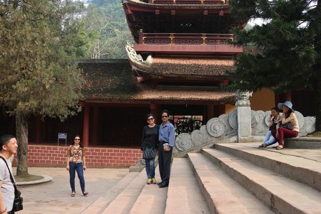 Trong tour lưu diễn xuyên Việt lần này, vợ ông luôn sát cánh để lo lắng, chăm sóc cho chồng.