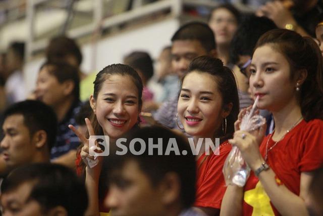 Trên khán đài, 2 nữ ca sĩ xinh đẹp Emily - Hạnh Sino cùng Trà My – vợ Mai Tiến Thành không ngừng cổ vũ cho các tuyển thủ Việt Nam
