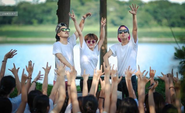 Cả lớp đã biến bộ ảnh kỷ yếu thành buổi biểu diễn cực bốc của ca sĩ Tóc Tiên cùng 2 nam DJ phiên bản học sinh Phan Đình Phùng.