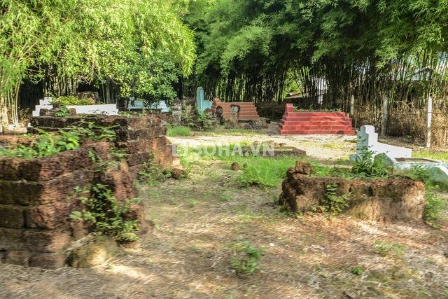 Phải vượt qua nhiều ngõ ngách, khu nghĩa trang... mới có thể tới được khu Phùng Ngọc đang sinh sống.