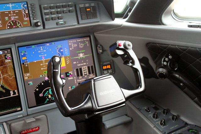 Chiếc máy bay có hai động cơ Rolls-Royce, có camera ngoài và hệ thống ghi hình cùng các cửa sổ trong buồng lái cho phép phi công nhìn thấy đầu của máy bay cũng như giúp điều hướng trên mặt đất.