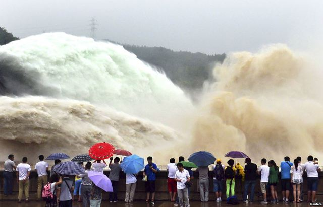 Du khách chứng kiến cảnh xả bùn đất từ đập Xiaolangdi trên sông Hoàng Hà ở tỉnh Hà Nam, Trung Quốc.