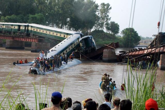 Binh sĩ và nhân viên cứu hộ tập trung tại hiện trường tàu hỏa bị rơi xuống một dòng kênh gần thành phố Gujranwala, Pakistan. Tai nạn khiến 12 người thiệt mạng.