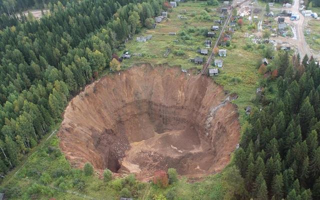 Hố tử thần khổng lồ xuất hiện tại vùng Perm, Nga.
