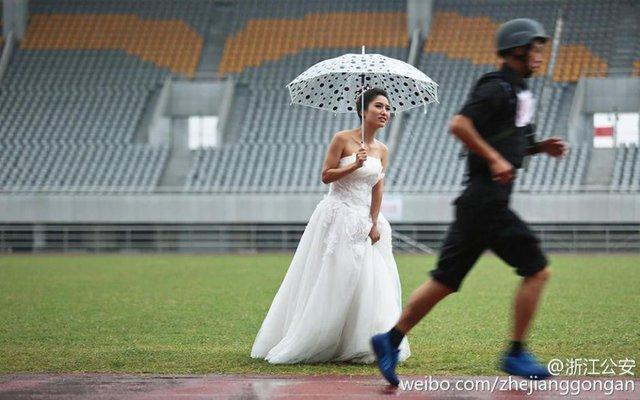Được sự cổ vũ của cô dâu, chú rể đã tham gia cuộc thi. Cô dâu Li Suxia thậm chí còn mặc váy cưới, ra tận đường chạy để cổ vũ cho chồng bất chấp mưa gió.