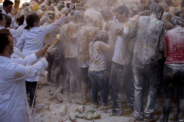 Các tân sinh viên được chào đón bằng màn ném thức ăn và nước sốt tại trường đại học Granada, Tây Ban Nha.