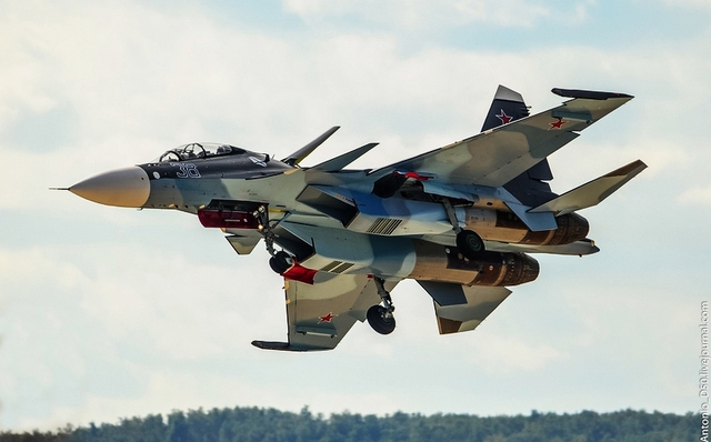 Tiêm kích Su-30SM của Không quân Nga tham gia không kích lực lượng Nhà nước Hồi giáo IS. Là một trong những máy bay hiện đại nhất được cử đến Syria, Su-30SM mang trong mình những công nghệ tiên tiến của chiến đấu cơ thế hệ 4+ và đạt vận tốc khủng lên tới 2.300 km/h.