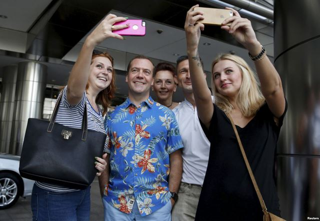 Thủ tướng Nga Dmitry Medvedev chụp ảnh với du khách trong khi tham quan tại thành phố Kuala Lumpur, Malaysia.