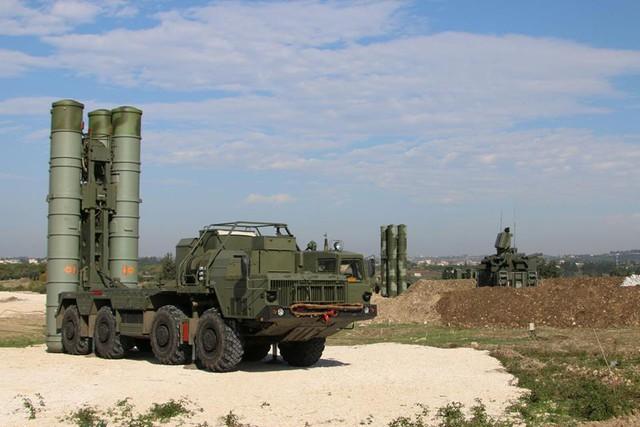 Hệ thống tên lửa được cho là S-400 triển khai tại căn cứ không quân Hmeymim ở Syria.