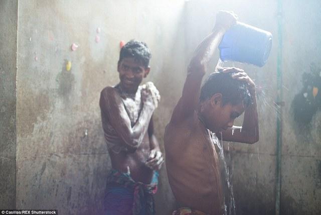 Vì khối lượng công việc lớn nên những công nhân trẻ em này ăn ở ngay trong một phòng thuê ngay cạnh công xưởng.