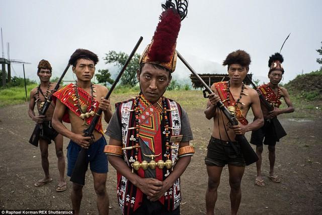 Trường làng Phawang cùng các cận vệ.