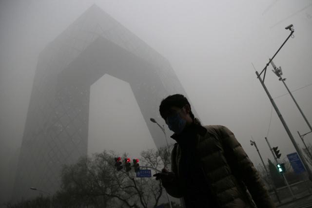 Khói mù dày đặc bao phủ thủ đô Bắc Kinh với mật độ PM2,5 (hạt bụi có đường kính 2,5 micromet hoặc nhỏ hơn) là 634 microgram/m3, trong khi tiêu chuẩn cho phép của Tổ chức Y tế thế giới (WHO) chỉ là 25 microgram/m3.