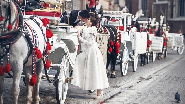 Sau khi hé lộ ông xã doanh nhân trong những khoảnh khắc được chụp tại Đà Nẵng – Hội An, Á hậu Diễm Trang vừa chia sẻ bộ ảnh cưới chính thức của hai vợ chồng được thực hiện tại châu Âu.