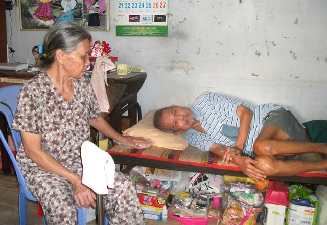 Người vợ già ốm yếu phải chăm sóc chồng.