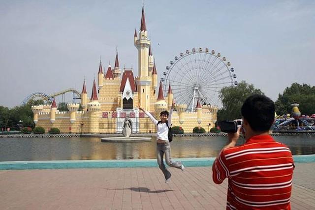 """Công viên Disneyland """"nhái""""  Công viên giải trí Shijingshan ở Bắc Kinh, Trung Quốc được mở cửa vào năm 1986 với khẩu hiệu """"Disneyland ở quá xa"""". Khi tới thăm công viên này, khách cứ ngỡ mình đang bước vào một công viên chủ đề Disneyland thật.  Năm 2007, Disney đã tiến hành đàm phán với Shijingshan nhằm yêu cầu công viên chấm dứt vi phạm bản quyền. Tuy vậy, thay vì đóng cửa, Shijingshan tiếp tục nâng cấp và mở rộng."""