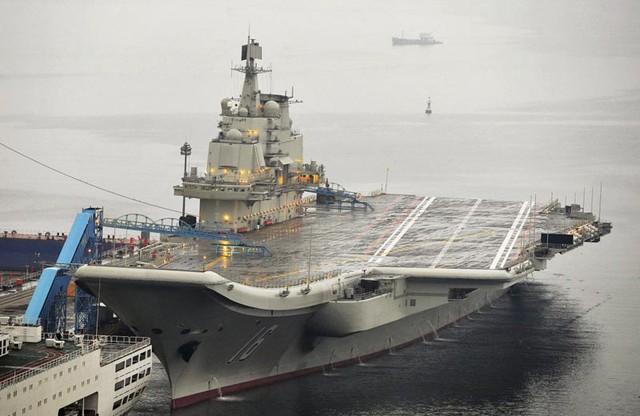 Trung Quốc hiện mới chỉ có một hàng không mẫu hạm duy nhất, được đặt tên là Liêu Ninh. Cũng giống như phần lớn vũ khí hạng nặng khác của nước này, hàng không mẫu hạm Liêu Ninh là sản phẩm làm mới của một mẫu tàu sân bay cũ hơn do Nga chế tạo.