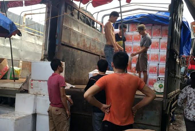 Hàng được xếp dỡ từ trên xe tải xuống